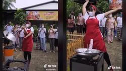 Viral Penjual Nasi Goreng Masak Sambil Akrobat, Ini Fakta Sebenarnya