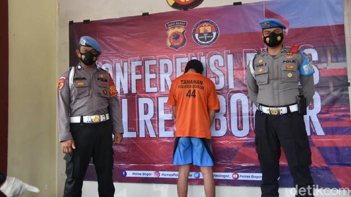 Polisi menangkap salah satu pelaku perampokan rumah makn gratis dan pencuri ponsel milik disabilitas di Bogor.