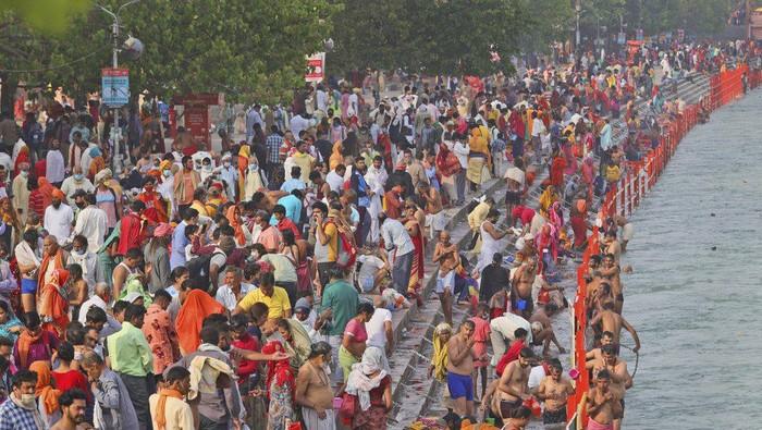 Perayaan festival keagamaan India di Sungai gangga