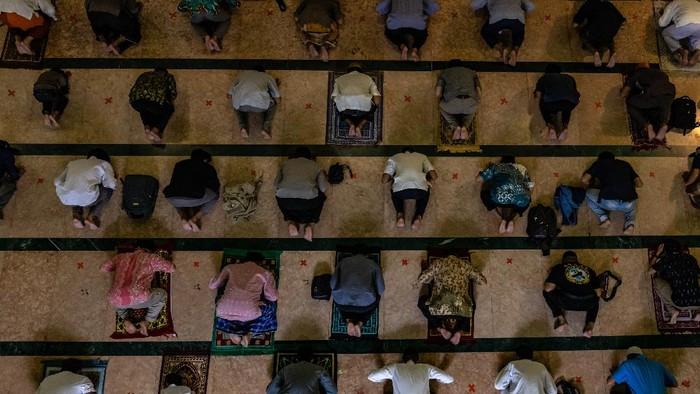 Umat Islam telah melakukan salat tarawih pertama bulan Ramadhan pada Senin (12/4) malam. Begini potret salat tarawih pertama di sejumlah daerah di Indonesia.