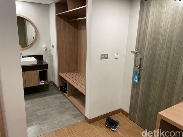 Lemari yang cukup besar di kamar deluxe Sans Hotel Puri Indah Jakarta.