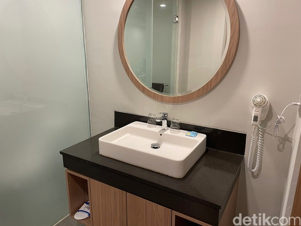 Kamar deluxe Sans Hotel Puri Indah Jakarta juga dilengkapi brankas, pengering rambut.