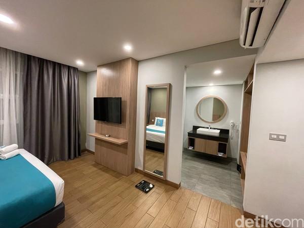 Inilah bagian utama dari artikel ini. Kami cukup terkejut dengan kamarnya, untuk tipe deluxe terbilang begitu luas dibanding hotel budget lain yang pernah kami tempati. Wi-Fi di hotel ini begitu menyenangkan, ngebut sekali.