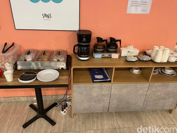 Lokasi lounge ada di lantai dua dan di sinilah makanan disajikan secara cuma-cuma bagi para tamu yang menginap. Kopi dan teh akan disajikan dari pukul 07.00-18.00 WIB, lalu roti dari pukul 07.00-11.00 WIB dan akan selalu diisi ulang bila telah habis.