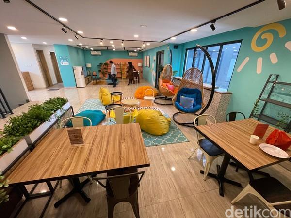 Hotel bikinan RedDoorz memang ditujukan untuk para kaum milenial dan gen Z. Oleh karena itu ada fasilitas lounge yang terbilang begitu trendi karena dilengkapi bean bag, kursi gantung, TV hingga meja fussball.