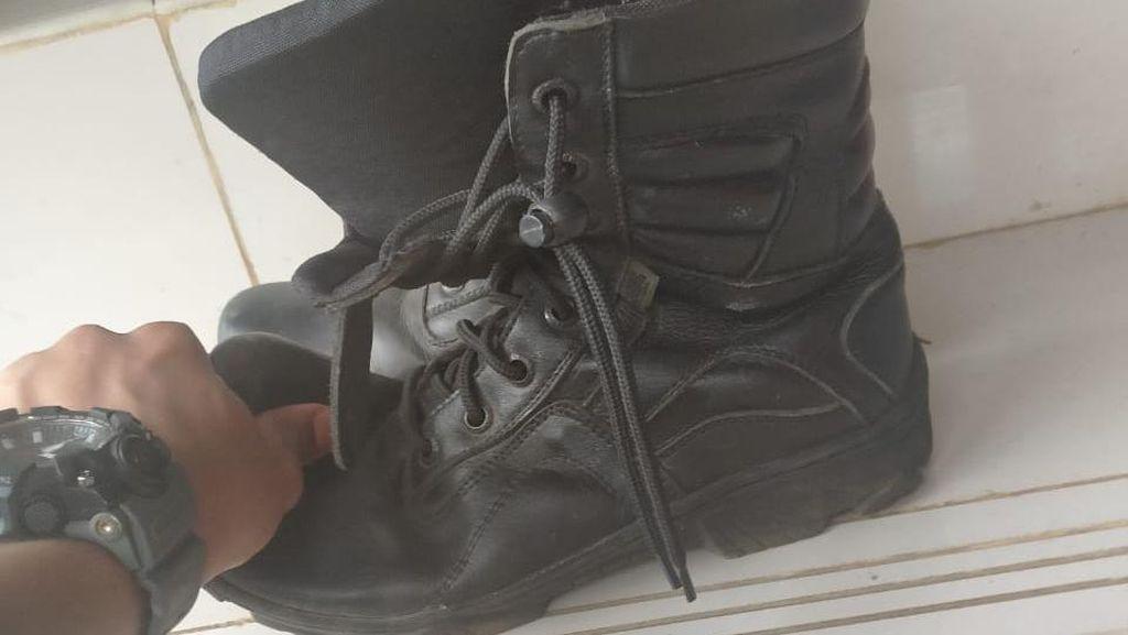 Petugas Damkar Sandi Serahkan Bukti Sepatu Tak Safety ke Jaksa
