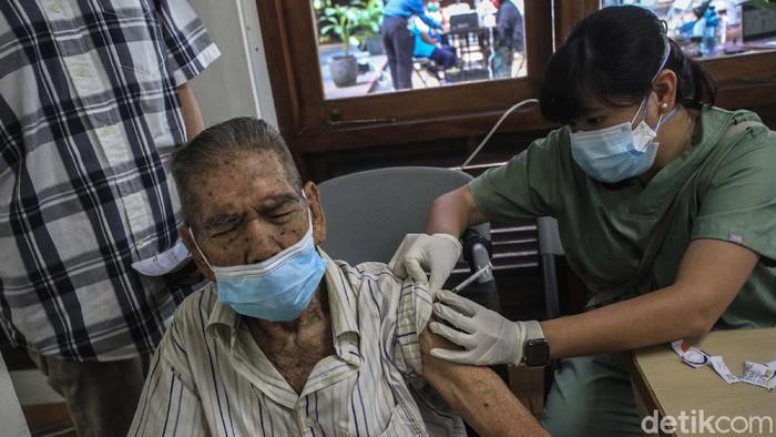 MUI keluarkan fatwa vaksinasi COVID-19 tak batalkan puasa. Oleh karena itu vaksinasi COVID-19 di bulan Ramadhan tetap gencar dilakukan di Ibu Kota.