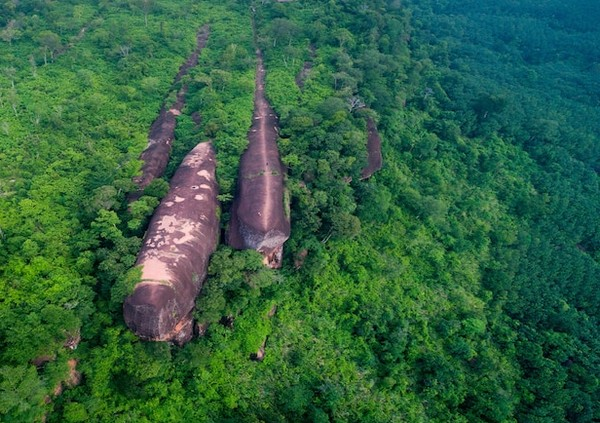 Bebatuan raksasa berbentuk paus yang sedang berenang ini bernama Three Whale Rock atau bahasa lokalnya Hin Sam Wan atau Tiga Batu Paus.