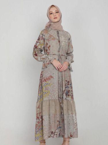 Koleksi long dress dari Puru Kambera.
