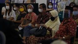Vaksinasi Corona untuk tenaga pendidik digelar di Lippo Mall Kemang. Vaksinasi ini hasil kerjasama Dinkes DKI Jakarta dan Direktorat Jenderal Pendidikan Tinggi.