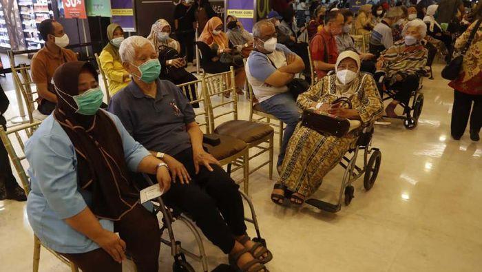 Vaksinasi COVID-19 untuk tenaga pendidik digelar di Lippo Mall Kemang. Vaksinasi massal ini hasil kerjasama Dinas Kesehatan DKI Jakarta dan Direktorat Jenderal Pendidikan Tinggi (Dikti).