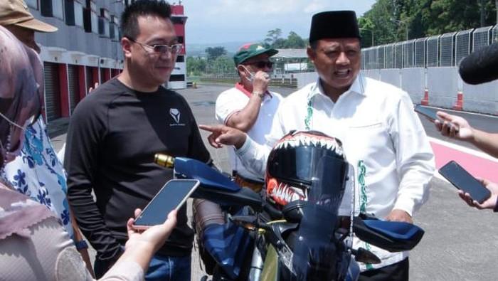 Wakil Gubernur Jawa Barat Uu Ruzhanul Ulum jajal motor listrik adventure di Sirkuit Sentul