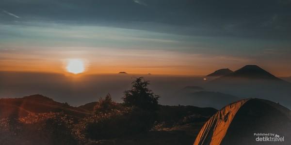 Pemandangan Matahari Terbit dari Gunung Prau
