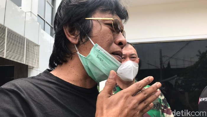 Anggota DPR RI Adian Napitupulu mendatangi RSPAD Gatot Soebroto Rabu (14/4/2021)