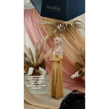 Amanda Gabriella Manopo memakai hijab dan busana muslim.