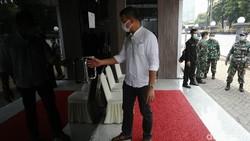 Sejumlah anggota komisi IX DPR RI mendatangi RSPAD Gatot Soebroto. Mereka mengikuti pengambilan darah untuk diproses menjadi vaksin nusantara.
