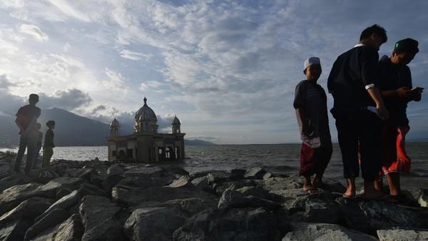 Pantai Teluk Palu menjadi salah satu tempat ngabuburit masyarakat setempat di bulan Ramadhan sembari menikmati pemandangan sore.