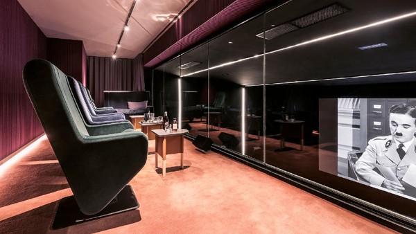 Untuk yang bosan menonton dalam kamar ada pula bioskop yang bisa dinikmati bersama di Hotel Paradiso.