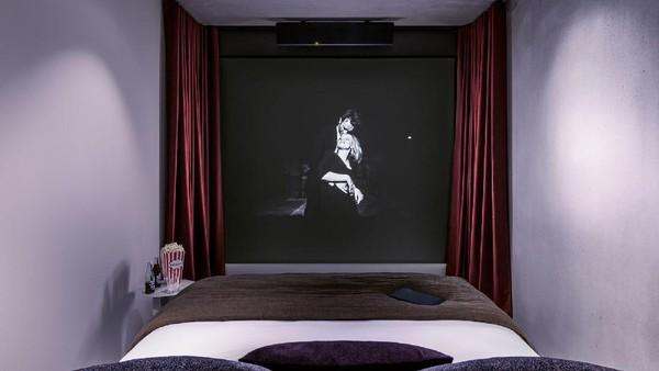 Hanya beberapa sentuhan di tablet, ruangan di Hotel Paradiso akan menjadi gelap dan layar proyeksi selebar sembilan kaki turun.