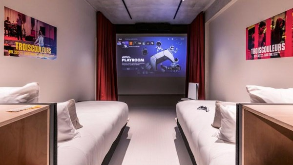 Kamar di Hotel Paradiso juga bisa diubah menjadi ruangan untuk kamu pecinta game dengan PS5. Ditambah lagi akses tak terbatas ke Playstation Store.
