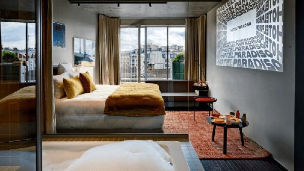 Setiap kamar di Hotel Paradiso memiliki proyektor layar minimal 2,5 meter dan suara surround 3D.