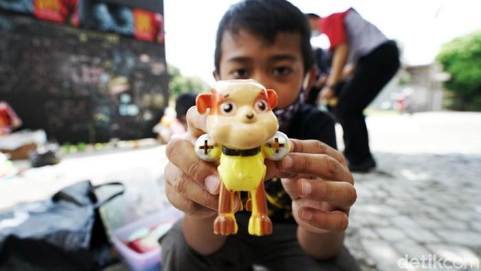 Untuk menyemangati dan menghibur anak anak di NTT yang terkena musibah banjir bandang, anak-anak di Perum Solo Elok, Mojosongo, Jebres Solo mendonasikan mainan mereka.
