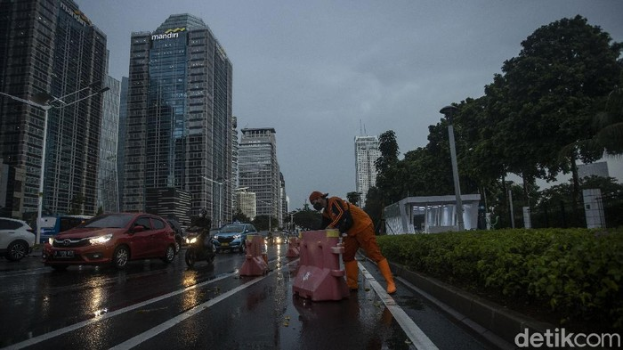 Petugas PPSU Gelora merapikan pembatas jalur sepeda di jalan Jendral Sudirman, Jakarta, Rabu (14/4/2021).