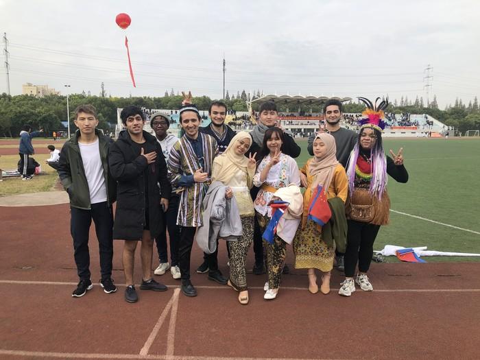 Fira (tengah) mahasiswa Indonesia yang berkuliah di China