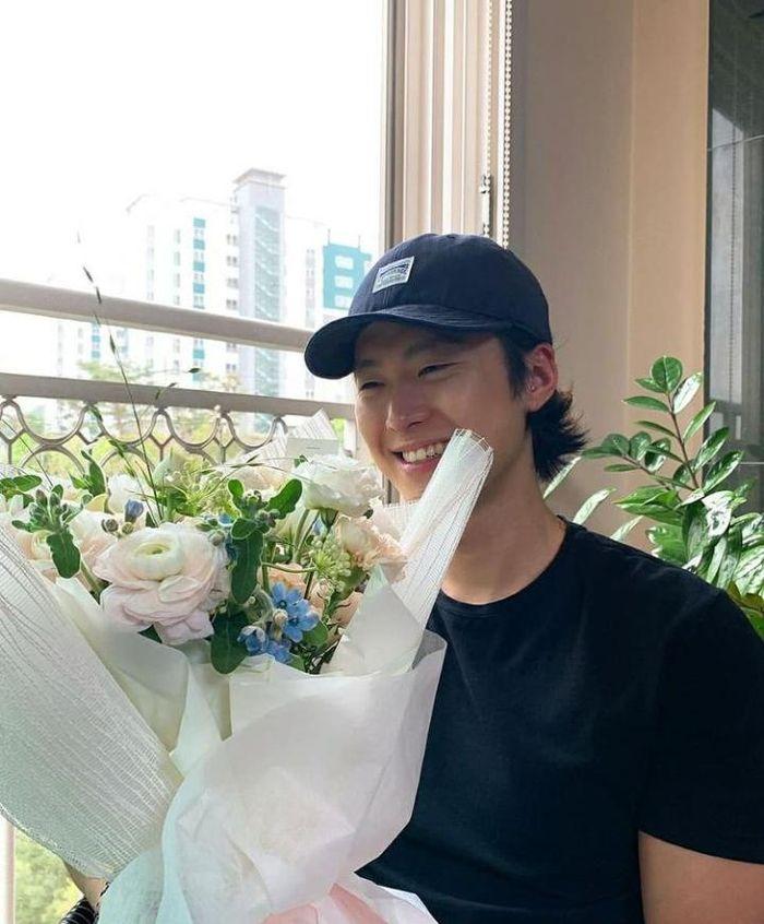 Pose Keren Gong Myun Saat di Depan Food Truck hingga Nongkrong di Resto