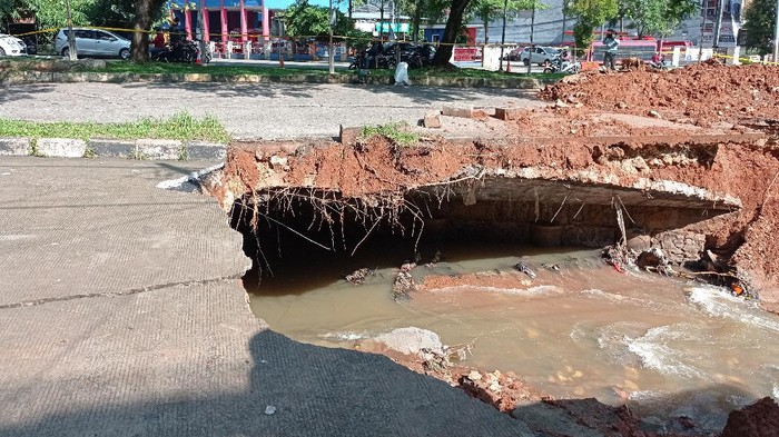 Normalisasi Jalan Boulevard Grand Depok City, Depok, Jawa Barat, yang ambles, Rabu (14/4/2021).