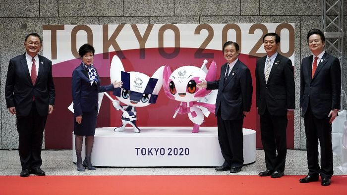 From left, Japan Olympic Committee president Yasuhiro Yamashita, Tokyo Gov. Yuriko Koike, Tokyo 2020 Organizing Committee Vice-president Toshiaki Endo, Ryoichi Ishikawa, Tokyo Metropolitan Assembly president, and Kunihiko Koyama, chairperson of special committee on measures to promote The Olympic and Paralympic Games of Tokyo Metropolitan Assembly, pose with the unveiled statues of Miraitowa, left, and Someity, official mascots for the Tokyo 2020 Olympics and Paralympics, to mark 100 days before the start of the Olympic Games at the Tokyo Metropolitan Government building Wednesday, April 14, 2021, in Tokyo. (AP Photo/Eugene Hoshiko, Pool)