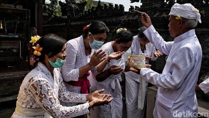 Umat Hindu melakukan ritual perayan Hari Galungan di kawasan Pura Dalem Purnajati, Jakarta Utara, Rabu (14/4).