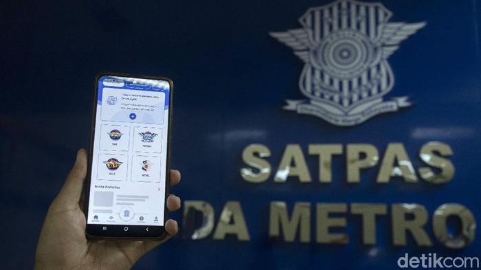 Korps Lalu Lintas (Korlantas) Polri resmi meluncurkan layanan SINAR atau SIM Nasional Presisi, yakni pelayanan SIM secara online. Layanan SINAR itu bisa dinikmati melalui aplikasi Digital Korlantas Polri.