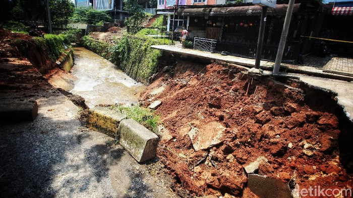 Jalan Boulevard, Grand Depok City (GDC), Depok, ambles pada Senin (12/4) lalu. Saat ini alat berat telah dikerahkan untuk membersihkan puing dan material akibat longsor.