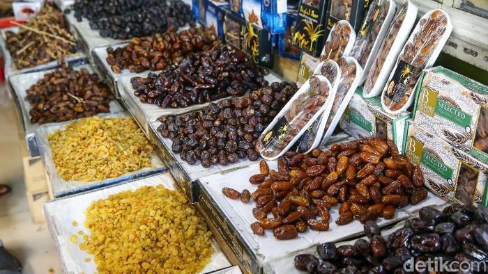 Pasar Tanah Abang, Jakarta, juga memiliki puluhan jenis kurma yang dijual. Bahkan, satu toko per harinya bisa menjual sebanyak 1 ton lho.