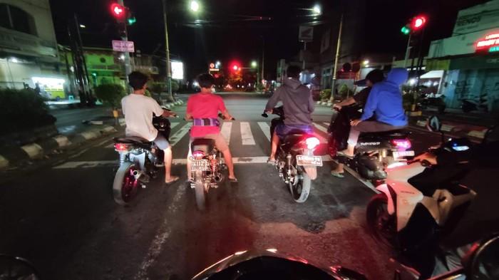 Lima ABG kebut-kebutan di jalan utama Klaten, Selasa (13/4) malam.