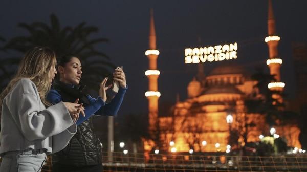 Masjid Biru dihiasi dengan lampu dan slogan bertuliskan Ramadhan adalah cinta.