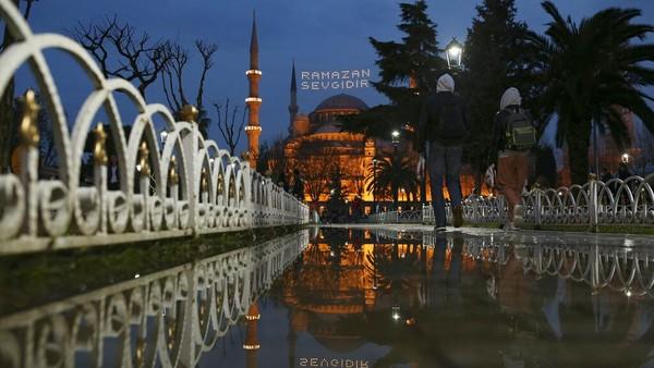 Saat malam tiba, lampu masjid-masjid disana akan bercahaya dan mencarkan kemegahannya.
