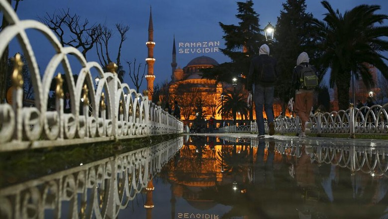 A street vendor waits for clients near the iconic Haghia Sophia, in the historic Sultan Ahmed district of Istanbul Tuesday, April 13, 2021. As Muslims around the world began marking Ramadan Tuesday, in mostly-Muslim Turkey, the month of fasting kicked off with some restrictions amid record levels of COVID-19 infections.(AP Photo/Emrah Gurel)