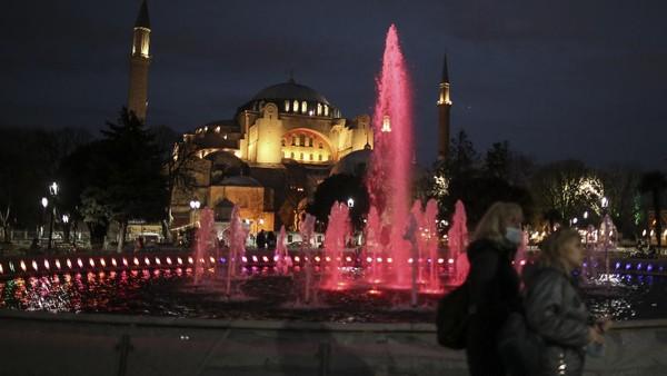 Tak hanya Masjid Biru, Masjid Haghia Sophia juga menyala selama bulan Ramadhan.