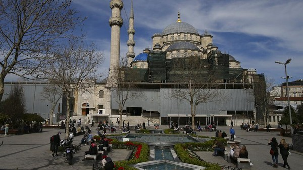 Berwisata di kawasan Sultan Ahmed yang bersejarah di Istanbul menjadi favorit warga dan wisatawan untuk menunggu waktu berbuka puasa.