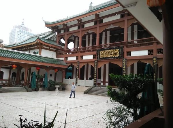 Masjid ini dibangun tahun 1677 M pada masa Dinasti Qing, dinasti terakhir yang berkuasa di China. Dinamakan Masjid Imperial atau Huangcheng, karena dulunya wilayah ini masuk dalam wilayah pusat kerajaan. Masjid ini sempat hancur karena perang di tahun 1917 M dan dibangun kembali pada tahun itu juga.