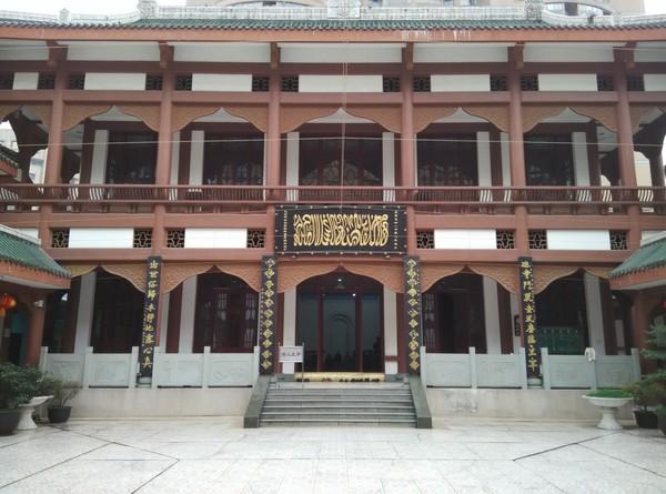 Inilah Masjid Chengdu atau Chengdu Imperial Mosque dalam Bahasa Mandarin dikenal dengan 成都皇城清真寺 (Chengdu Huangcheng Qingzhensi). Masjid ini adalah masjid terbesar di provinsi Sichuan di bagian barat China. Selain indah, masjid ini juga penuh sejarah.