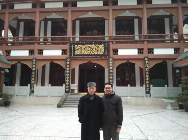 Berfoto dengan imam masjid Chengdu. Ruang salat utama di masjid ini terdiri dari dua lantai untuk jamaah pria dan wanita. Kapasitas masjid ini sekitar 300 jemaah.