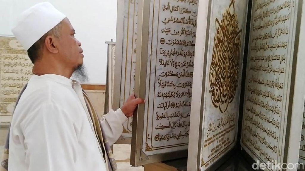 Melihat Mushaf Alquran dari Marmer di Masjid Al Muhtaram Kajen