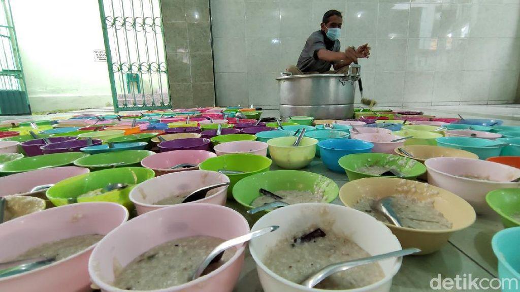 Momen Masjid Jami Pekojan Sajikan Kembali Bubur India