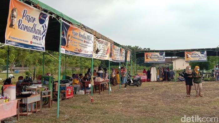 Pasar Ramadhan yang ada di Desa Megawon, Kecamatan Jati, Kudus, Rabu (14/4/2021).