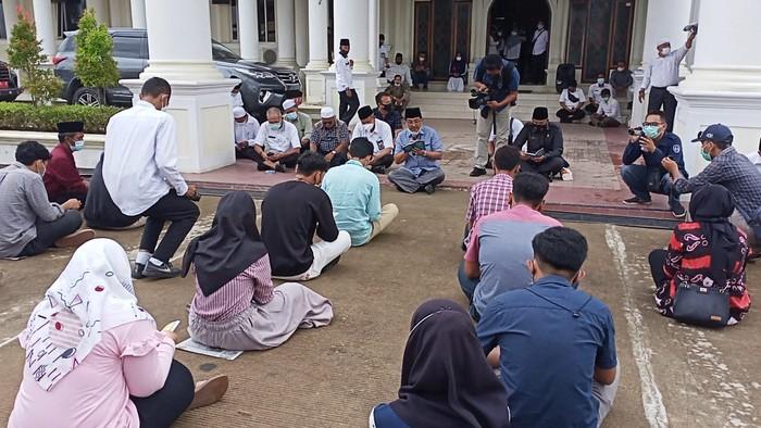 Pelajar yang sempat dugem di kantor bupati minta maaf dan diajak yasinan (dok. Istimewa)