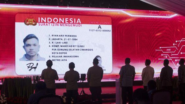 Desain SIM ditayangkan saat peluncuran aplikasi SIM Nasional Presisi Korlantas Polri (Sinar) untuk perpanjangan SIM secara daring di Jakarta, Selasa (13/4/2021). Kapolri meluncurkan aplikasi Sinar untuk perpanjang SIM secara daring agar masyarakat dapat melakukan pembuatan dan perpanjangan SIM A dan SIM C dari mana saja secara online dengan mengunduh platform digital Korlantas di Android maupun Apple.  ANTARA FOTO/ Reno Esnir/foc.