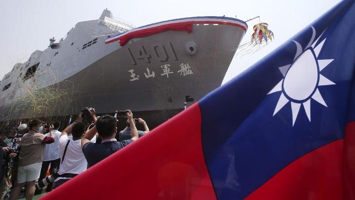 Di tengah ancaman China, Taiwan memamerkan sebuah kapal perang amfibi terbarunya. Kapal ini diungkapkan ke publik pada Selasa (13/4) waktu setempat.